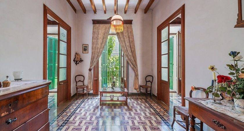 Traditional Townhouse Century Soller